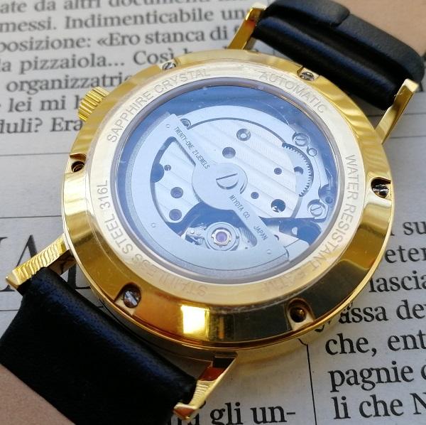 ルノータスの腕時計の裏蓋