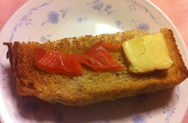 セコムの食のギフトカタログの燻製サーモンと燻製チーズ