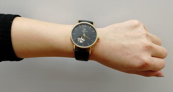 ルノータスの腕時計を腕にはめたところ