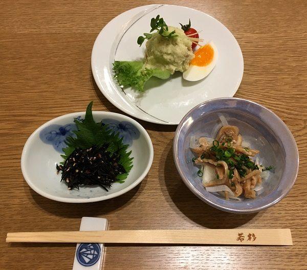 博多若杉のもつ鍋コースの小鉢とポテトサラダ