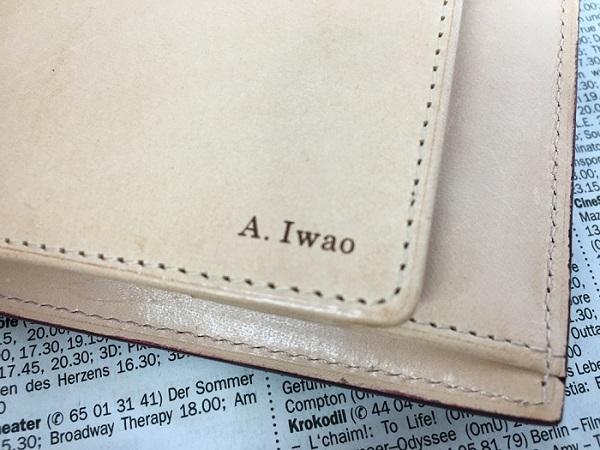 名入れ無料のグレンチェックのブライドルレザー二つ折り財布の名前の刻印