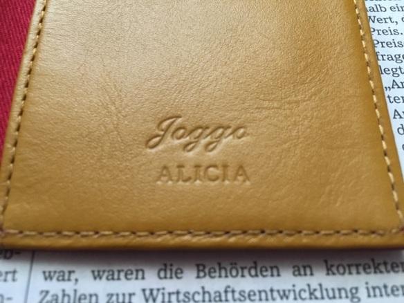 joggoのパスケースのロゴと名入れ部分
