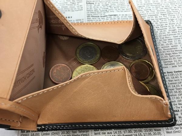 名入れ無料のグレンチェックのブライドルレザー二つ折り財布の小銭入れ部分