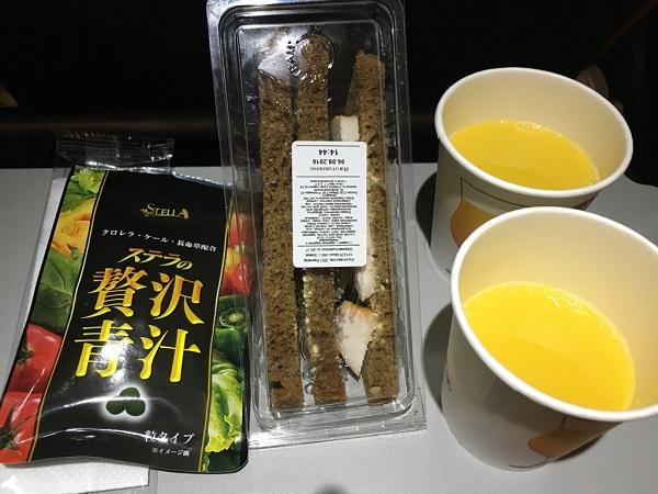 ステラの贅沢青汁と、飛行機の機内食