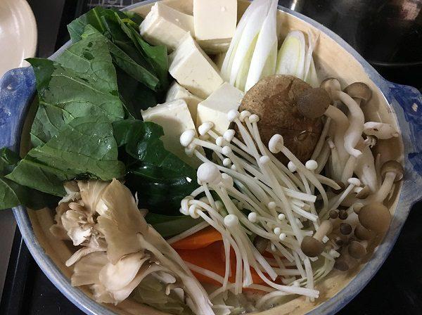 博多若杉の水炊きスープに野菜を入れた所