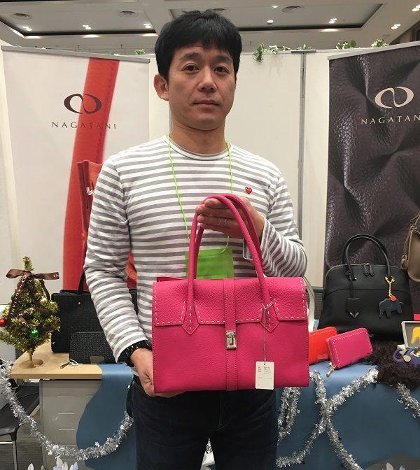 ナガタニ(NAGATANI)の社長・長谷圭祐氏とナガタニのハンドバッグ