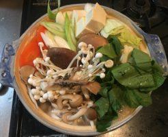博多若杉の水炊き・スープに野菜を入れた所