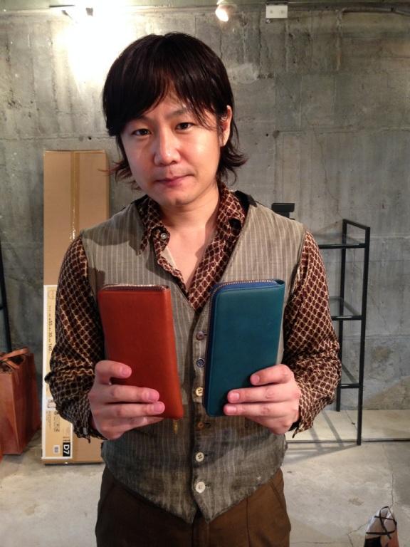 アヤメアンティーコ代表、菖蒲智さんと、菖蒲さんの財布