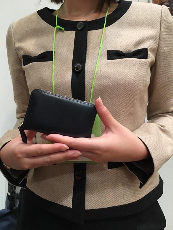 ココマイスターの社員さんと、社員さんがプライベートで愛用しているミニ財布