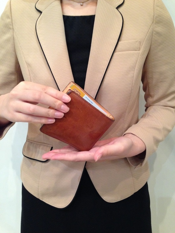 ココマイスターの女性社員が愛用するココマイスターの二つ折り財布