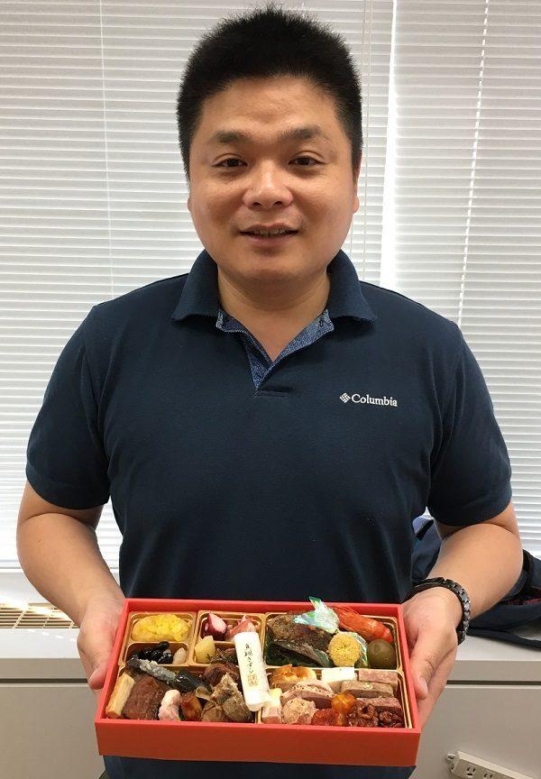博多久松の社長、松田健吾氏と、博多久松のおせち