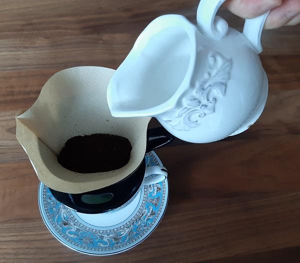 ドリップしているグァテマラ・プラン・デル・グアヤボ農園のコーヒー豆