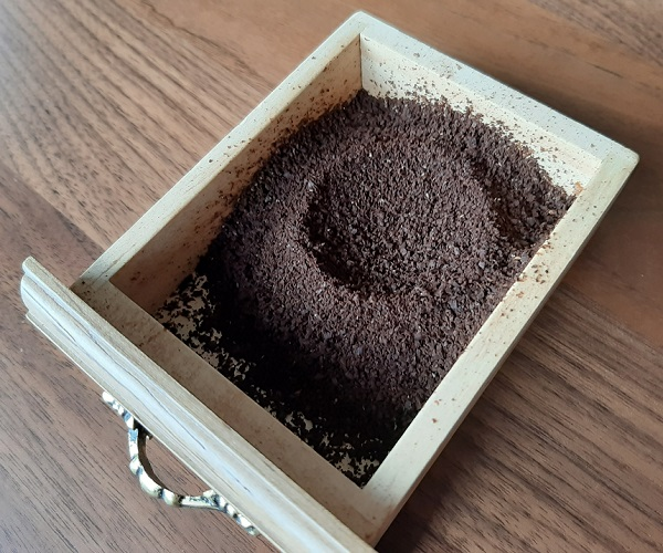 コーヒーミルで挽いたグァテマラ・プラン・デル・グアヤボ農園のコーヒー豆