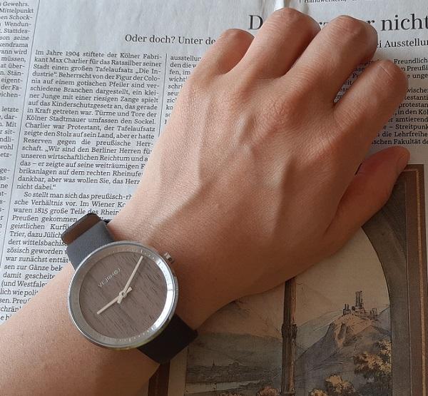 VEJRHØJ(ヴェアホイ)の腕時計『NORA』