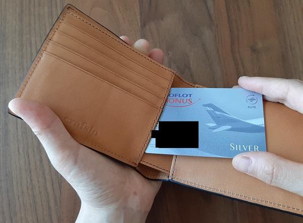 クラフスト(crafsto)のブライドルレザー 二つ折り財布、カードホルダーの裏の隠しポケット