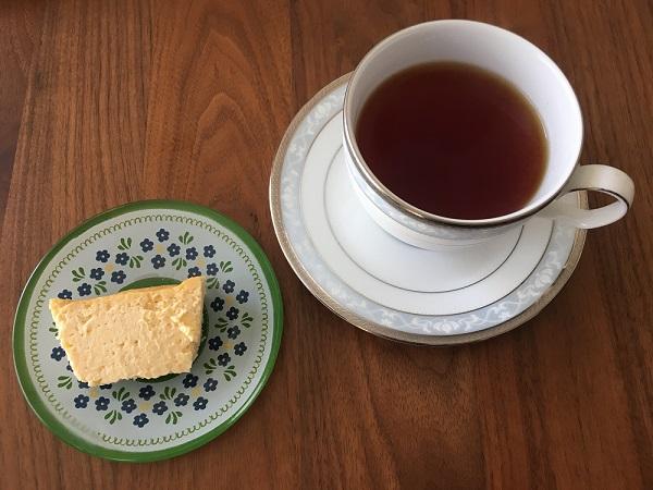 神楽坂『ル コキヤージュ』のテリーヌ ドゥ ショコラ オ フロマージュと紅茶